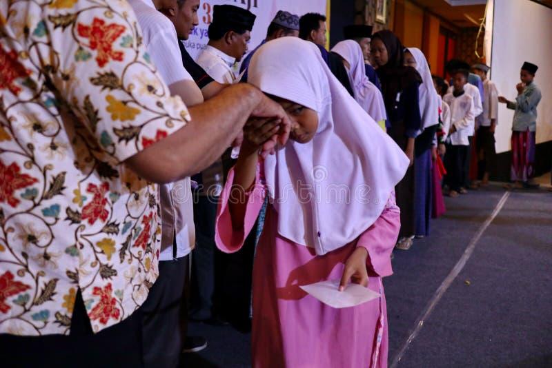 Culture d'embrasser les mains des adultes images libres de droits