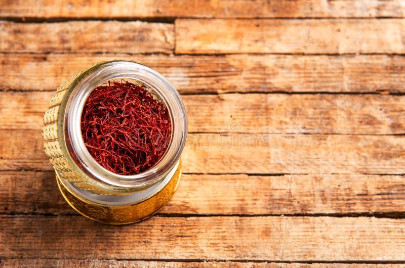 Culture de thé d'épice de safran dans une boîte traditionnelle photo stock