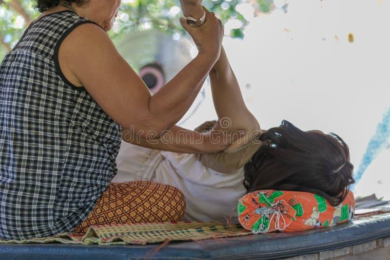 Culture thaïlandaise de style de massage la vieille à la main et le pied malaxent sur le corps pour détendent le muscle photos stock