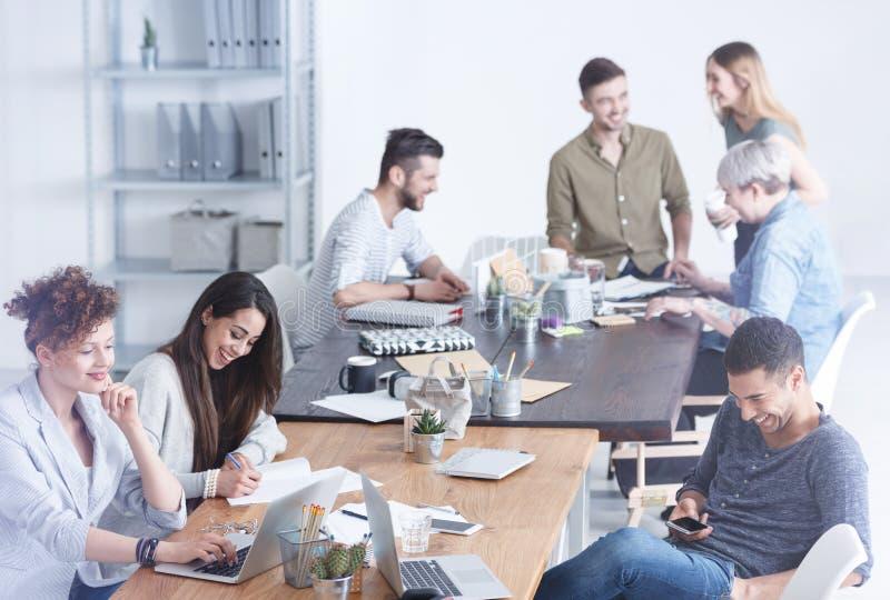 Cultureel divers team van werknemers stock afbeelding