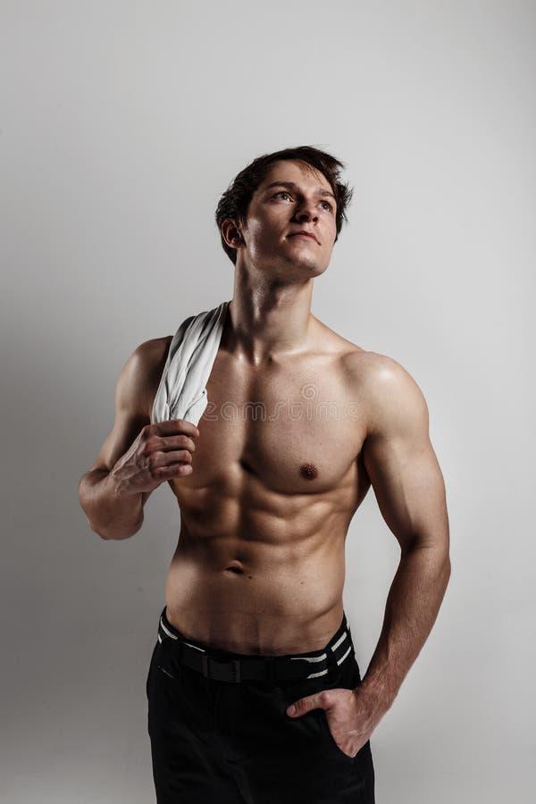 Culturista di modello maschio muscolare prima della formazione Studio sparato sopra immagine stock