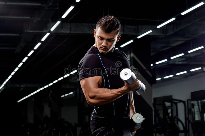 Culturista muscular en fondo negro Hombre atlético fuerte imágenes de archivo libres de regalías