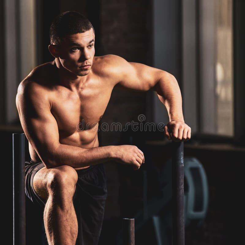 Culturista muscular hermoso foto de archivo