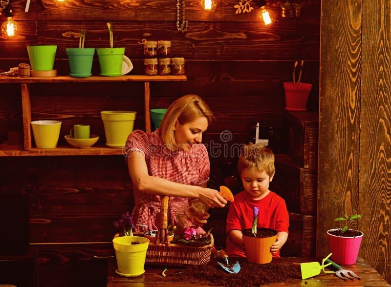 cultuur cultuur van grond met gelukkige familie cultuur en landbouwconcept Het werken in groen milieu stock fotografie