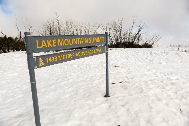 Cumbre de la montaña del lago foto de archivo libre de regalías
