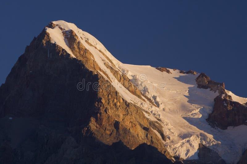 Cumbre de la montaña por la mañana fotos de archivo libres de regalías