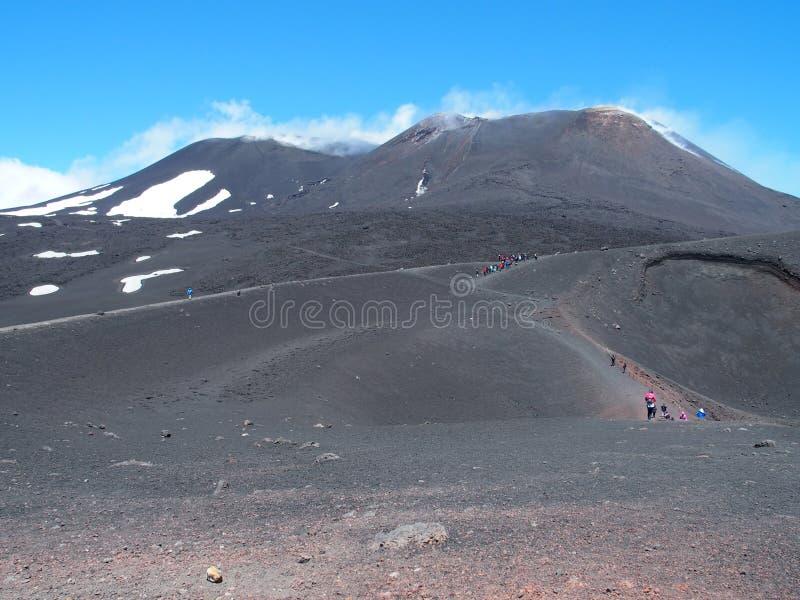 Cumbre del ETNA en Sicilia en Italia con touristis, el paisaje panorámico de la lava y el macizo del soporte imagen de archivo