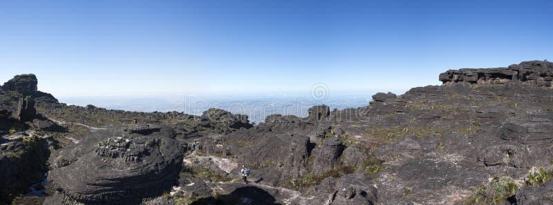 Cumbre del soporte Roraima, con el backpacker siguiendo el thro de la trayectoria imagenes de archivo