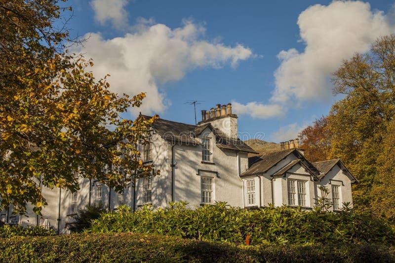 Cumbria, distrito do lago, Inglaterra - casa branca e céus azuis fotos de stock