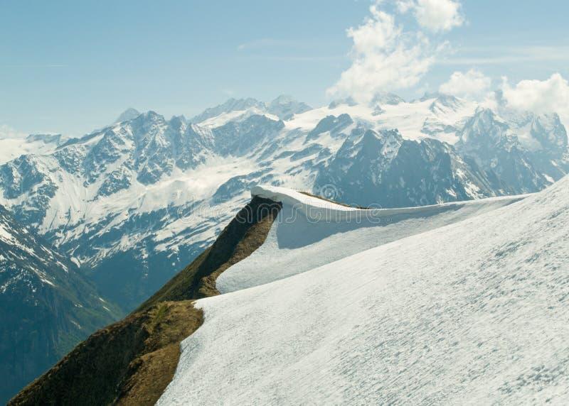 Cume & montanhas alpinos imagem de stock