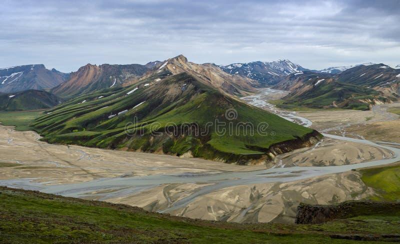Cume colorido alto da montanha com um rio de fluxo na opinião do vale da cimeira da montanha de Blahnakur, Landmannalaugar, Islân fotografia de stock