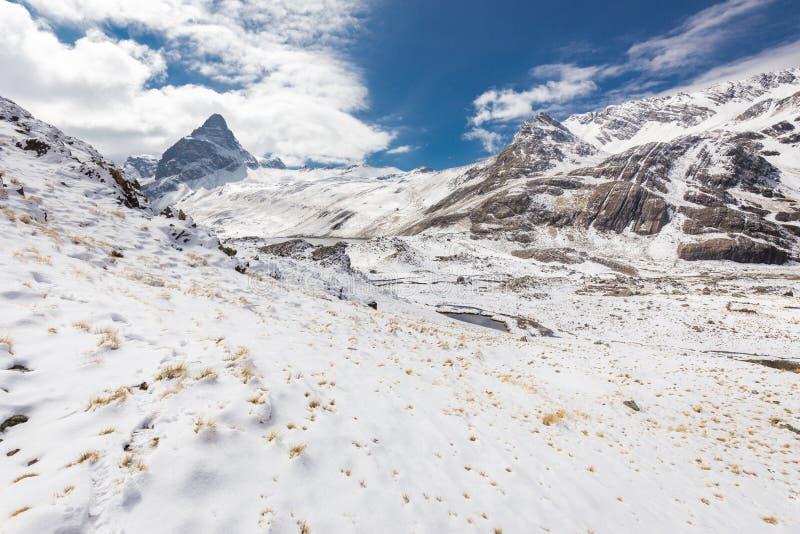 Cume dos picos de montanha, lago, Cordilheira real, Bolívia fotografia de stock royalty free
