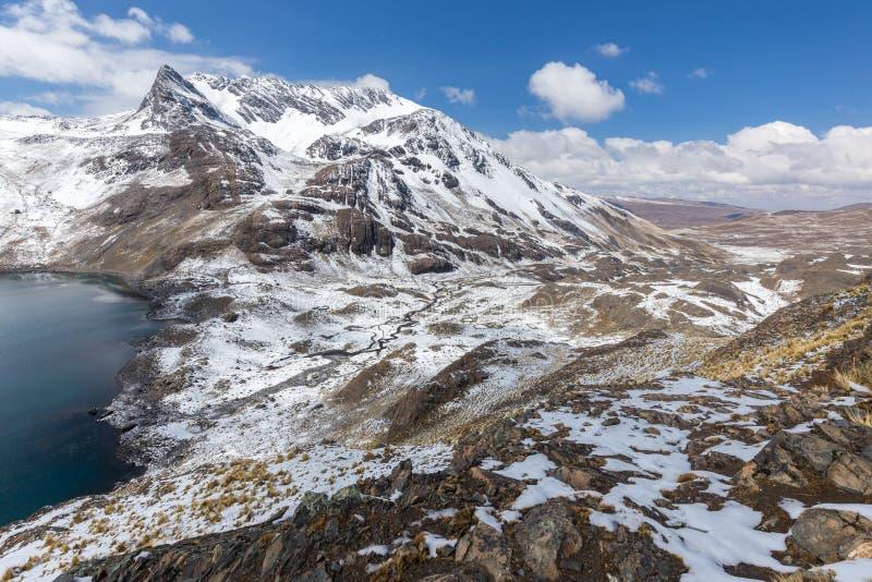 Cume dos picos de montanha, lago, Cordilheira real, Bolívia imagens de stock