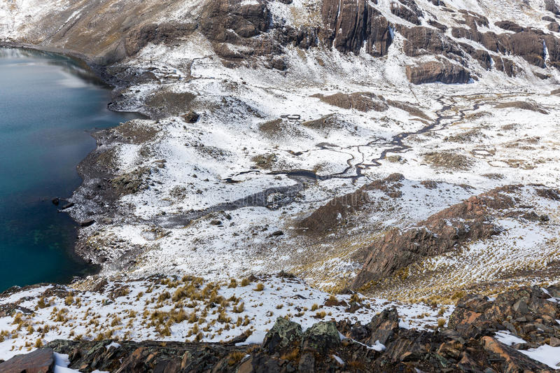 Cume dos picos de montanha, lago, Cordilheira real, Bolívia fotos de stock royalty free