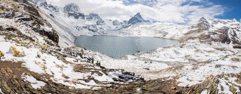 Cume dos picos de montanha, panorama do lago, Cordilheira real, Bolívia imagem de stock royalty free