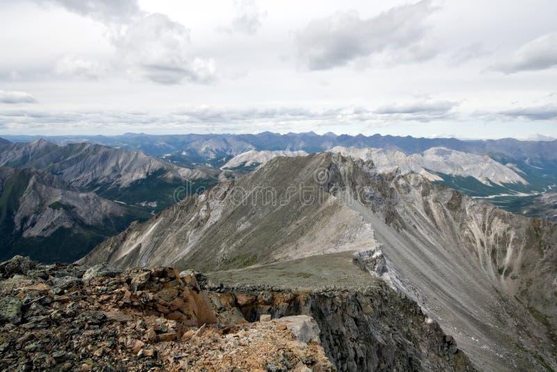 Cume e rochas das montanhas de Sayan em Siberia.Russia. imagens de stock royalty free