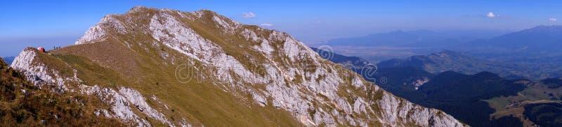 Cume e turistas espetaculares da montanha imagens de stock