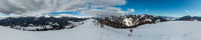 Cume pitoresco Ucrânia da montanha do cume do cenário coberto de neve do inverno da manhã, montanhas Carpathian fotografia de stock