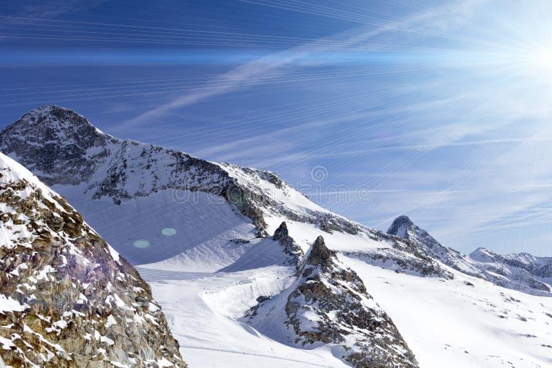 Cumes austr?acos no inverno Paisagem da montanha de Hintertux em Tirol, parte superior de Europa fotografia de stock