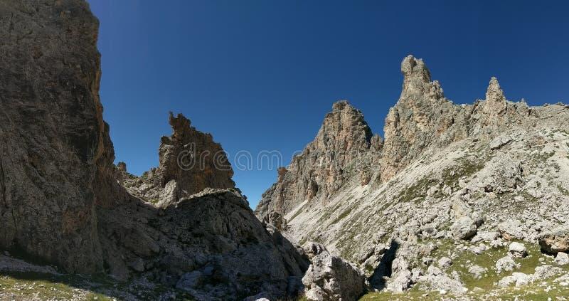 Cumes da montanha contra céus azuis, Pizes di Cir, dolomites, Itália fotografia de stock