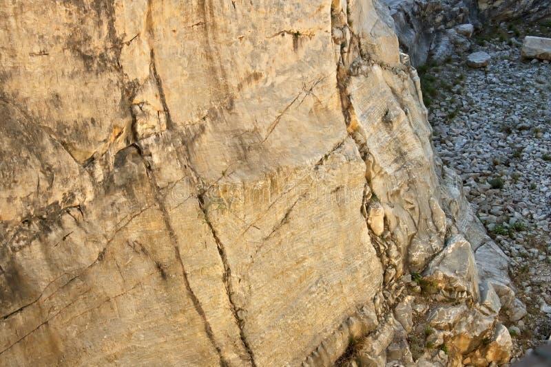 Cumes de Apuan, Carrara, Tosc?nia, It?lia 28 de mar?o de 2019 Pedreira antiga do m?rmore branco do per?odo romano imagem de stock