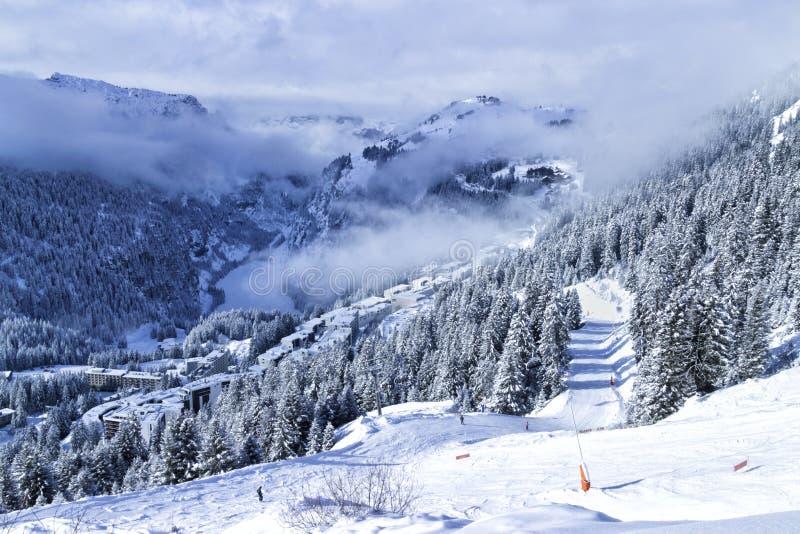 Cumes do inverno que esquiam e recurso da snowboarding com picos nevado, árvores foto de stock