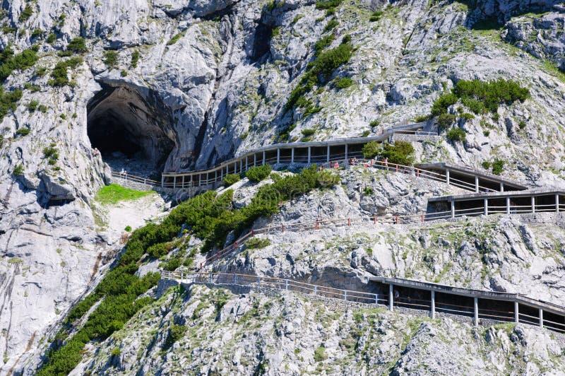 Cumes e a maneira ao Eisriesenwelt (caverna de gelo) em Werfen, Áustria fotos de stock