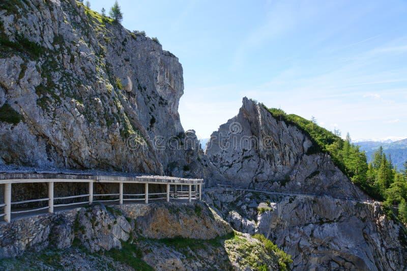 Cumes e a maneira ao Eisriesenwelt (caverna de gelo) em Werfen, Áustria imagem de stock