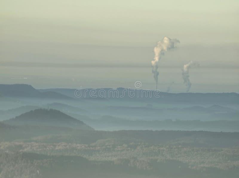 Cumes enevoados dos montes Montes verdes azuis com esboços macios, floresta, imagem de stock