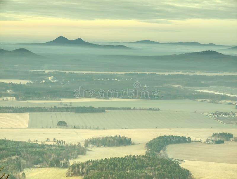 Cumes enevoados dos montes Montes verdes azuis com esboços macios, floresta, imagens de stock