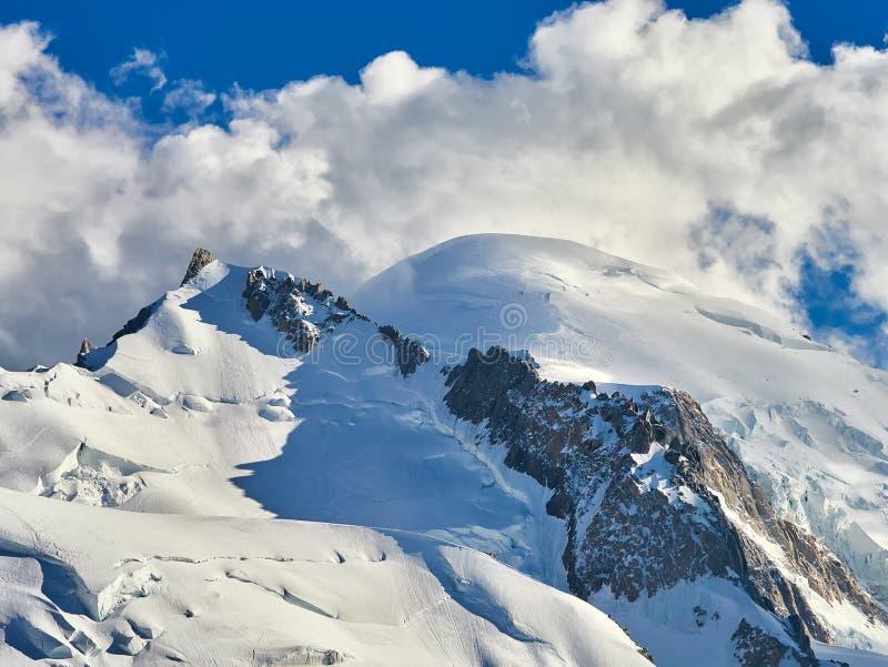 Cumes, Mont Blanc e geleiras franceses como visto de Aiguille du Midi, Chamonix, França imagens de stock royalty free