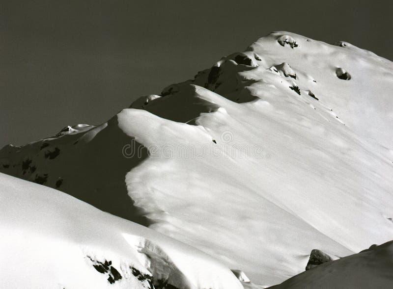 Cumes na neve fresca, que pode se transformar uma avalancha imagem de stock royalty free