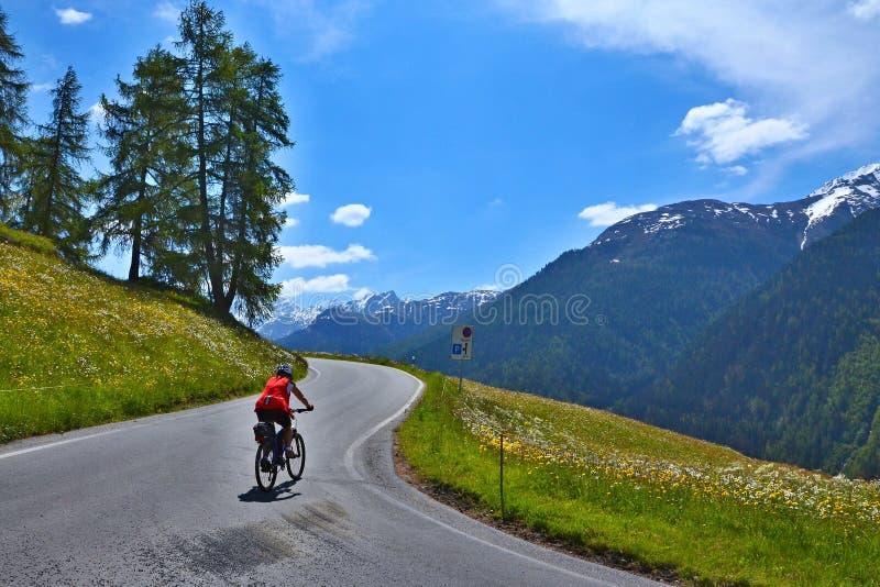 Cumes suíços, Resgia-vista do ciclista na estrada fotos de stock