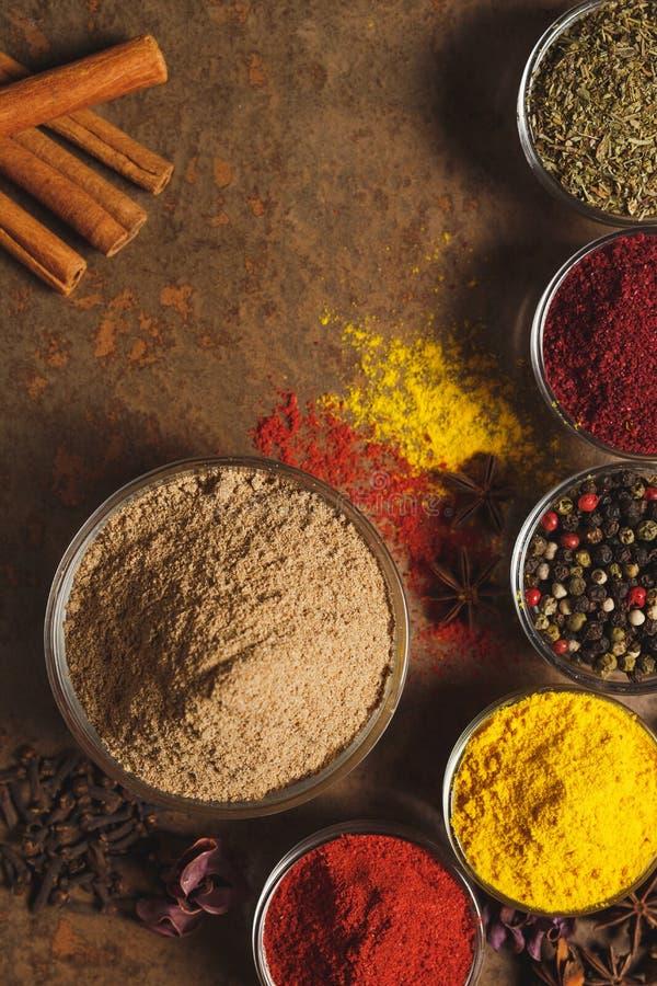 Cumin moulu Place pour le texte Différents types d'épices dans une cuvette sur un fond en pierre La vue ? partir du dessus photo libre de droits