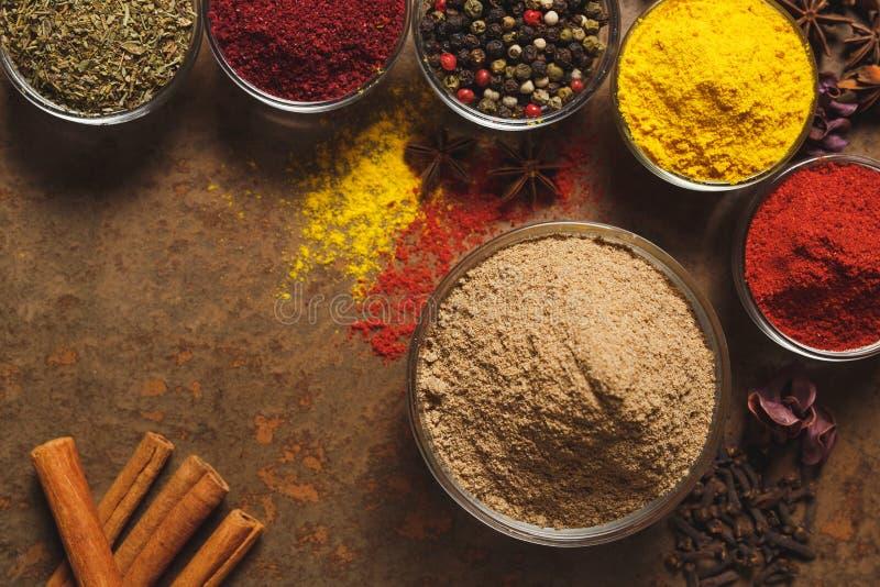 Cumin moulu Place pour le texte Différents types d'épices dans une cuvette sur un fond en pierre La vue ? partir du dessus image stock