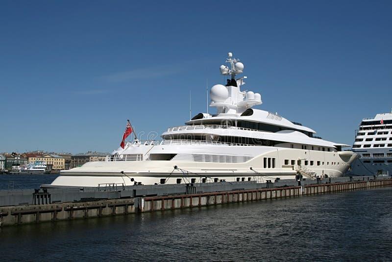 cumowanie nowożytny jacht zdjęcie royalty free