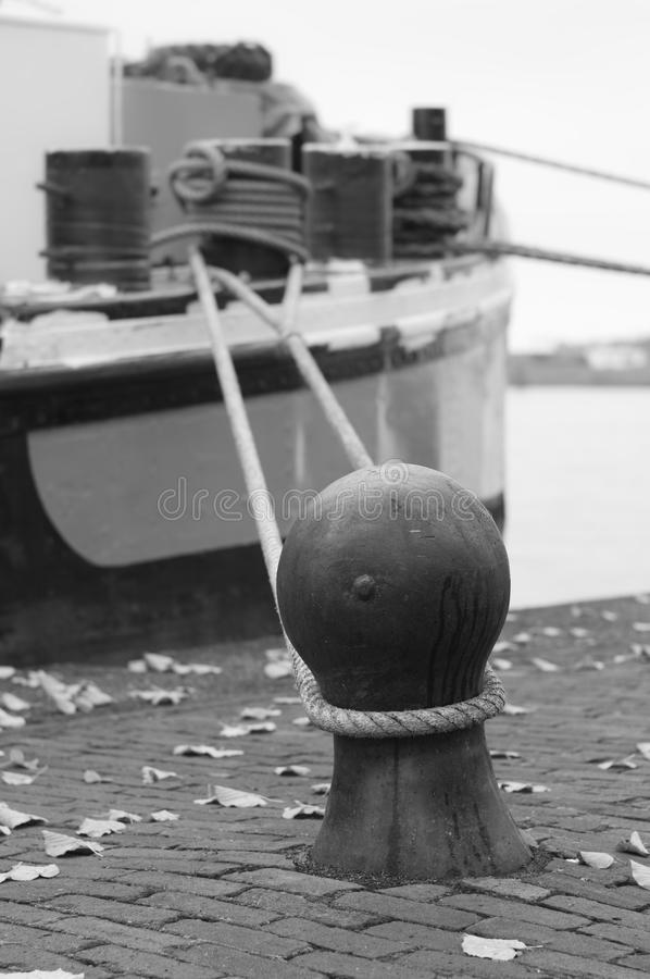 Download Cumownica i łódź obraz stock. Obraz złożonej z czerń - 28971415