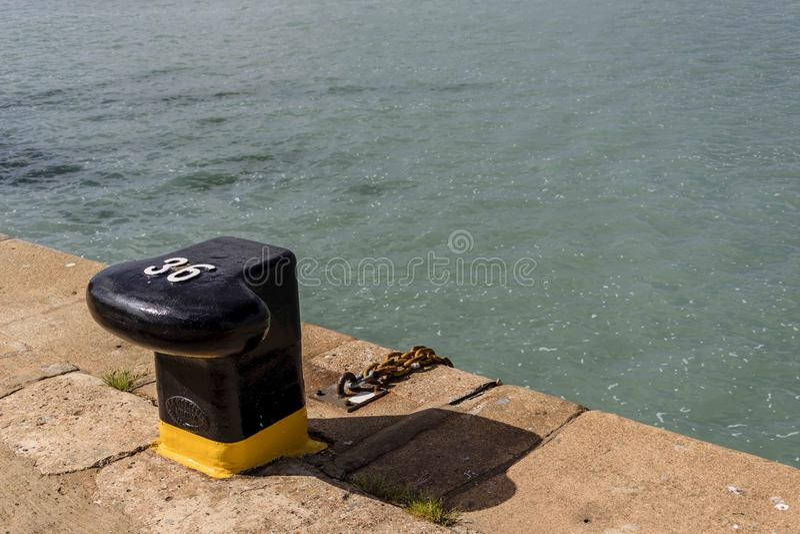 Cumownica liczba 36 w porcie przygotowywającym otrzymywać cumowanie Huelva fotografia stock
