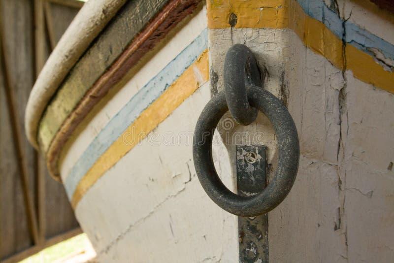 Cumowniczy pierścionek na starej łodzi fotografia stock