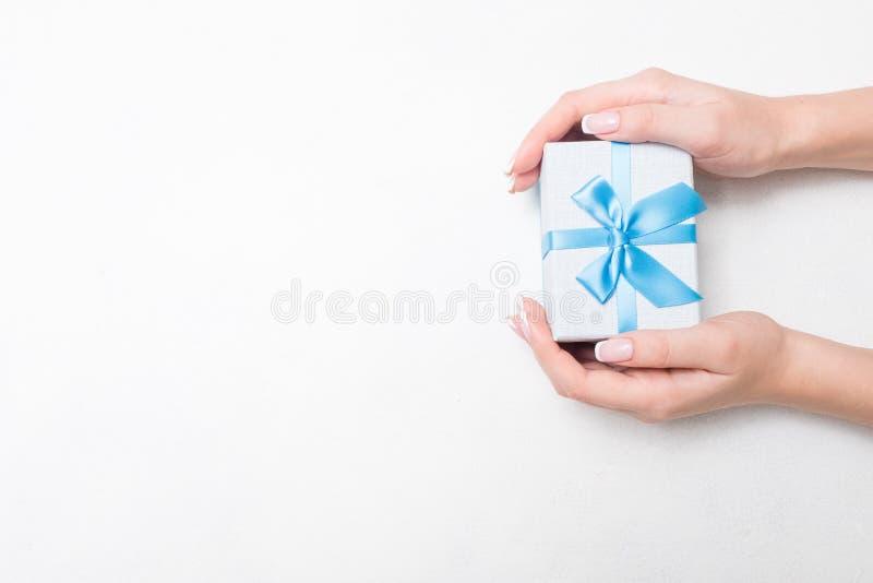 Cumpleaños azul del día de fiesta de la recompensa del actual arco del regalo fotos de archivo libres de regalías