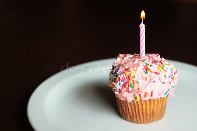 Cumpleaños de la torta de la taza imagen de archivo