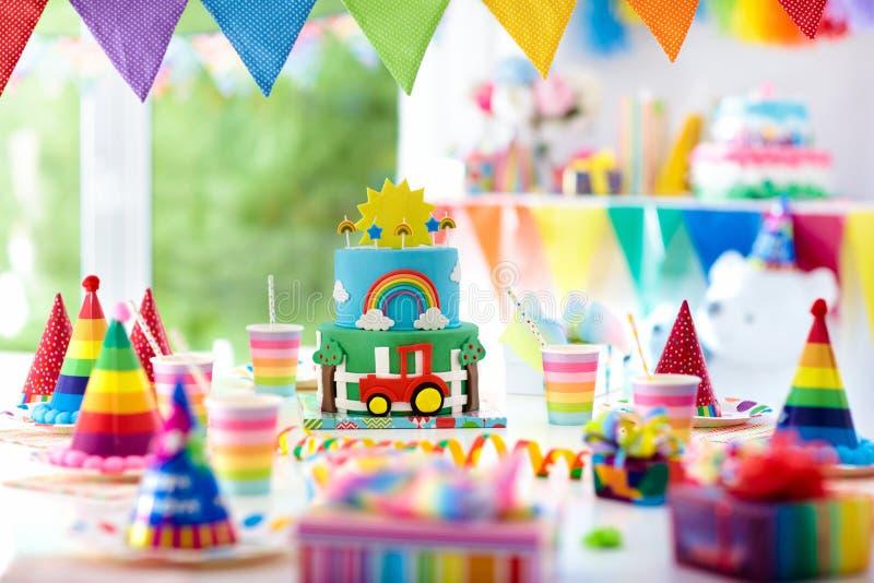 Cumpleaños del muchacho Torta para el pequeño niño Partido de los niños fotografía de archivo