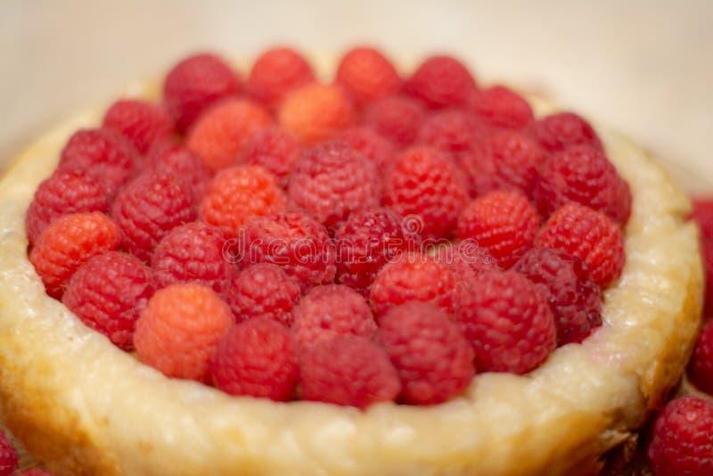 Cumpleaños del pastel de queso de la frambuesa fotos de archivo