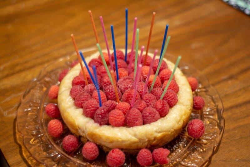 Cumpleaños del pastel de queso de la frambuesa imágenes de archivo libres de regalías