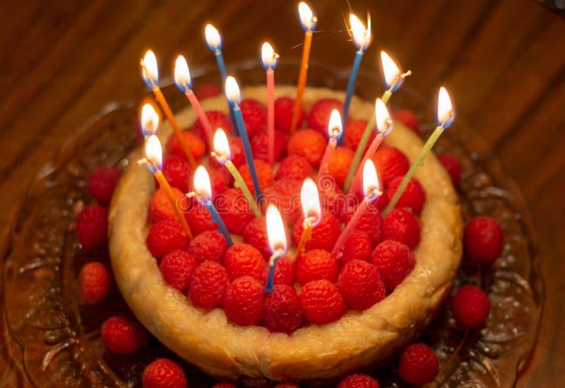 Cumpleaños del pastel de queso de la frambuesa imagenes de archivo