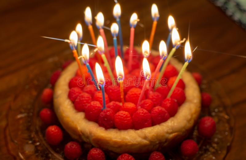Cumpleaños del pastel de queso de la frambuesa fotos de archivo libres de regalías