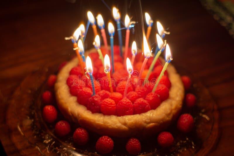 Cumpleaños del pastel de queso de la frambuesa foto de archivo