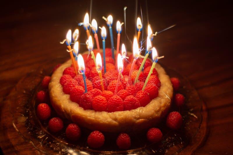 Cumpleaños del pastel de queso de la frambuesa fotografía de archivo