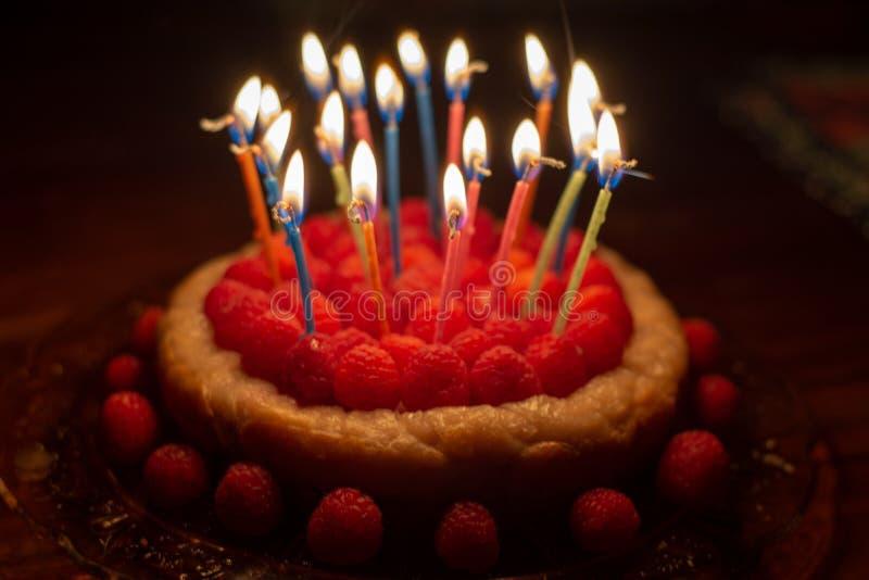 Cumpleaños del pastel de queso de la frambuesa imagen de archivo