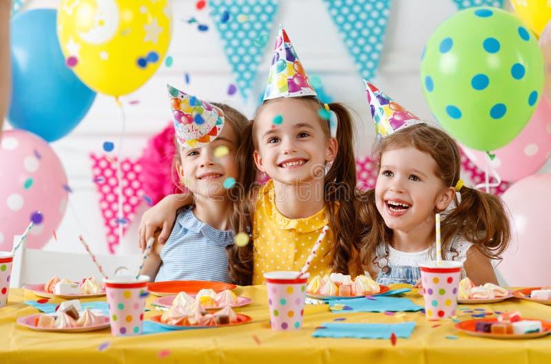 Cumpleaños del ` s de los niños niños felices con la torta imágenes de archivo libres de regalías